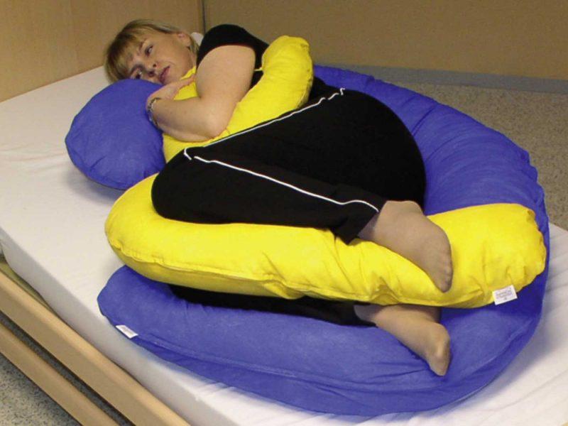 Embryonale Lagerung bei Spastikern: Spüren der Körpergrenzen, Stärkung des eigenen Körpergefühls