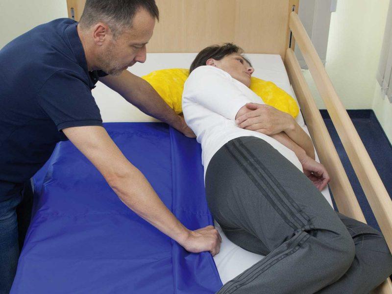Rückenschonender Transfer mit der Centre® Tunnelgleithilfen: einfacher Lagewechsel