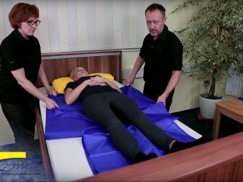 Transfer einer Person auf dem Bett mit zwei Tunnelgleithilfen