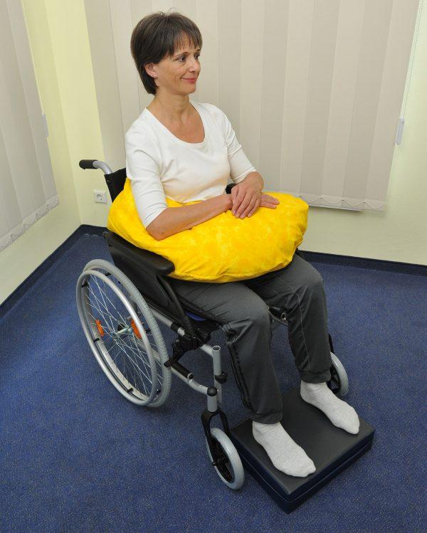 Lagerung des Arms einer gehbehinderten Person im Rollstuhl mittels Armkissen
