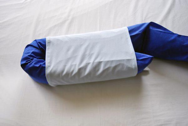 Lagerungsrolle mit übergezogenem Fersenschutzschlauch