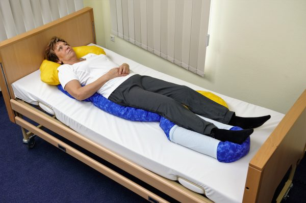 Positionierung eines Patienten mit Lagerungsschlangen: ideale Lagerung zur Dekubitusprophylaxe