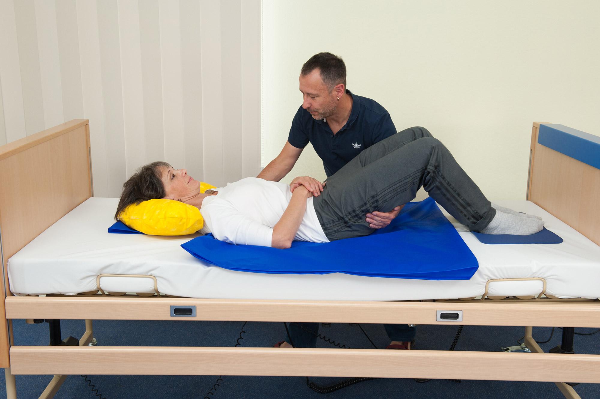 Bild der Anwendung einer Tunnelgleithilfe am Patienten: Centre® Lagerungshilfen