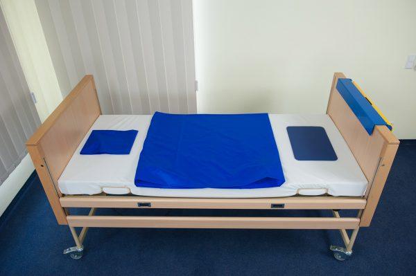 Bett mit Tunnelgleithilfe, Mini-Tunnelgleithilfe und Anti-Rutsch-Matte