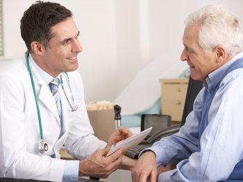 Patient und Arzt im Gespräch: Centre® Lagerungskissen